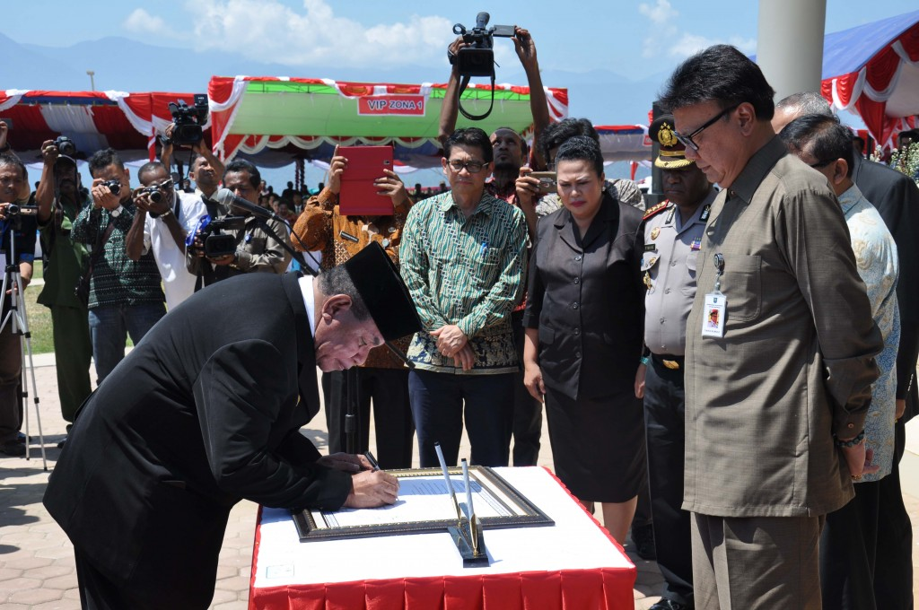 """Governor of West Papua Province declaring West Papua, the """"Conservation Province"""""""