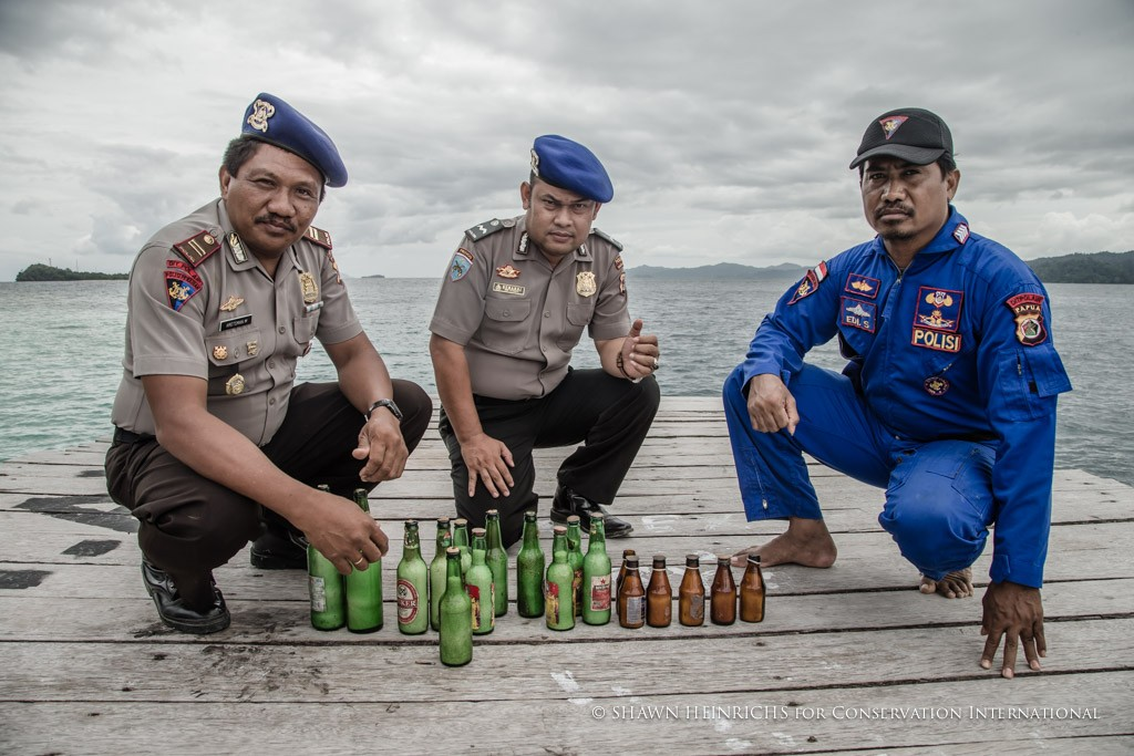 Polisi dengan bom ikan sitaan