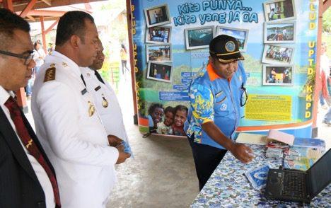 Kepala BLUD UPTD KKP Raja Ampat, Adrianus Kaiba menjelaskan tentang isi website BLUD UPTD KKP Raja Ampat kepada Bupati Raja Ampat Abdul Faris Umlati. (Foto: Nugroho Arif Prabowo/TNC)