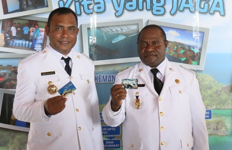 Raja Ampat Regent Head Abdul Faris Umlati and Vice-Regent Manuel Urbinas hold up the Envi-ronmental Service Fee Cards. (Photo: Nugroho Arif Prabowo/TNC)