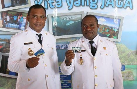 Bupati Raja Ampat Abdul Faris Umlati dan Wakil Bupati Raja Ampat Manuel Urbinas menunjukan kartu layanan pemeliharaan jasa lingkungan. (Foto: Nugroho Arif Prabowo/TNC)